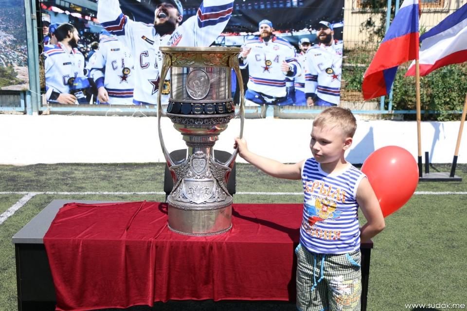 Хоккеист Егор Яковлев привёз в Новый Свет главный трофей КХЛ - Кубок Гагарина